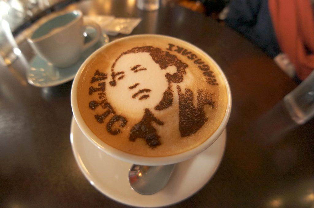 【長崎旅行】坂本龍馬のラテアートを楽しめるカフェ「Attic」がオススメ!