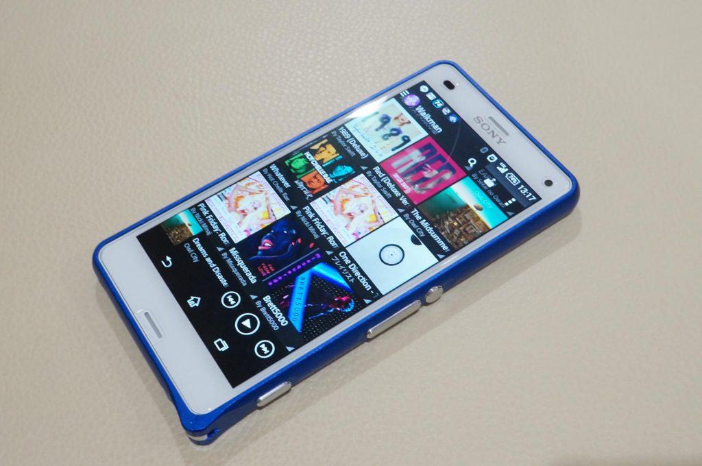 Xperia Z3 Compact に青いアルミバンパーを装着。ウォークマンケータイを彷彿とさせるデザインに