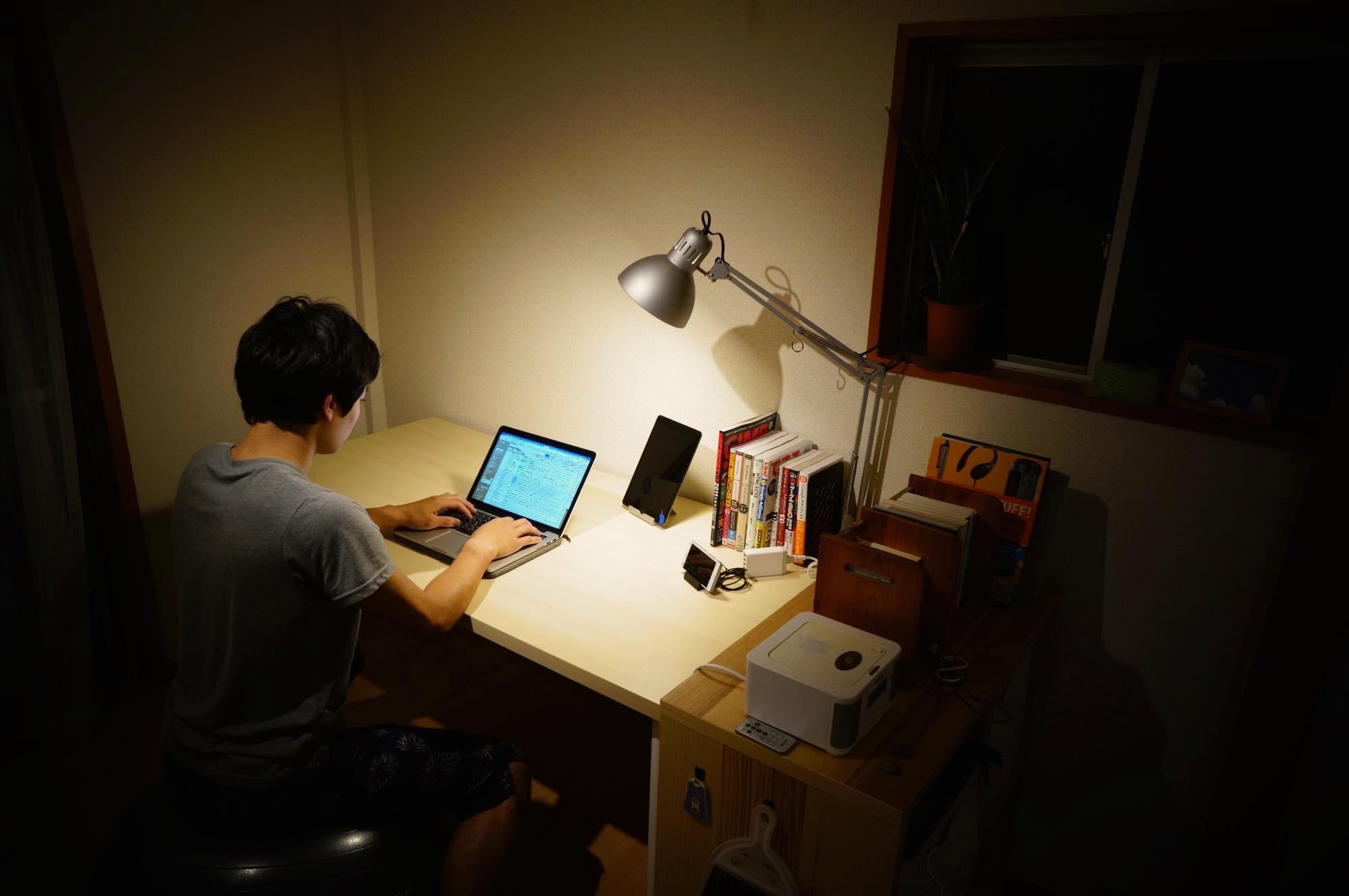 一人暮らし イケアでpcデスクを構築 6000円で広々デスクトップ環境を