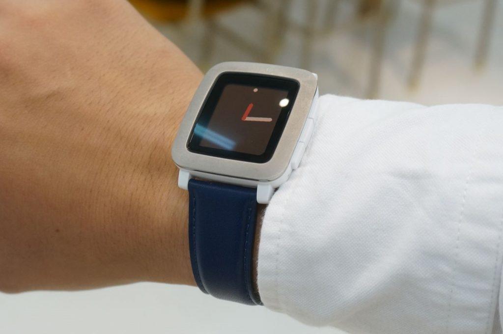 【Pebble Time】ベルトを市販の革ベルトに交換、ガラッと印象が変わります。