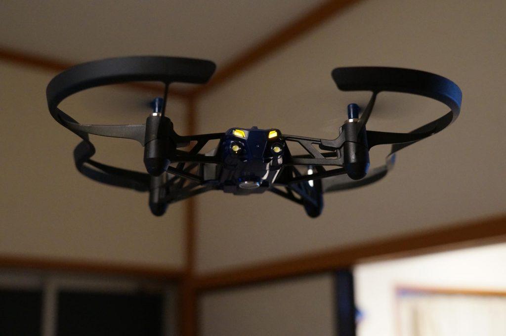 室内でも飛行可能!パロット『AIRBORNE NIGHT DRONE』レビュー。LEDライト&カメラで遊べるドローン