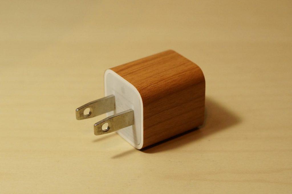 【100均DIY】5分でDIY!iPhone の充電器を木目調にしてみよう