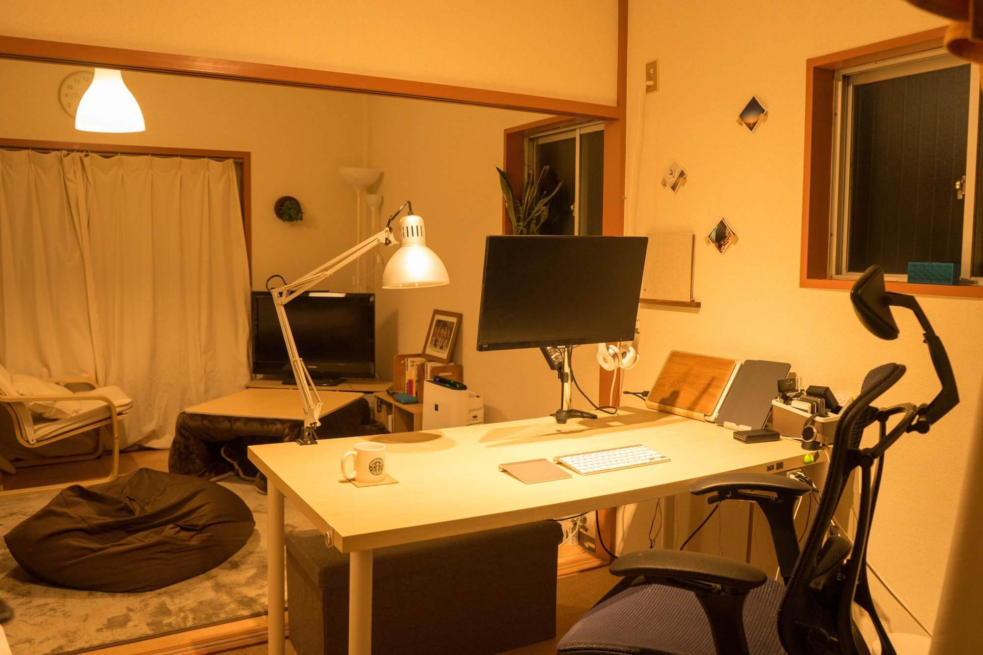 トバログの作業空間はこんな感じ。3畳ほどの狭い空間ながら、隣の部屋との仕切りを取り外し、より開放感が感じられるようなデスク配置にしている。