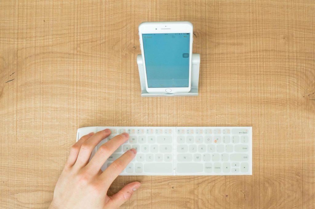 世界最小最薄を謳う Bluetooth キーボード「Wekey」レビュー。打鍵感がなく常用は難しい印象