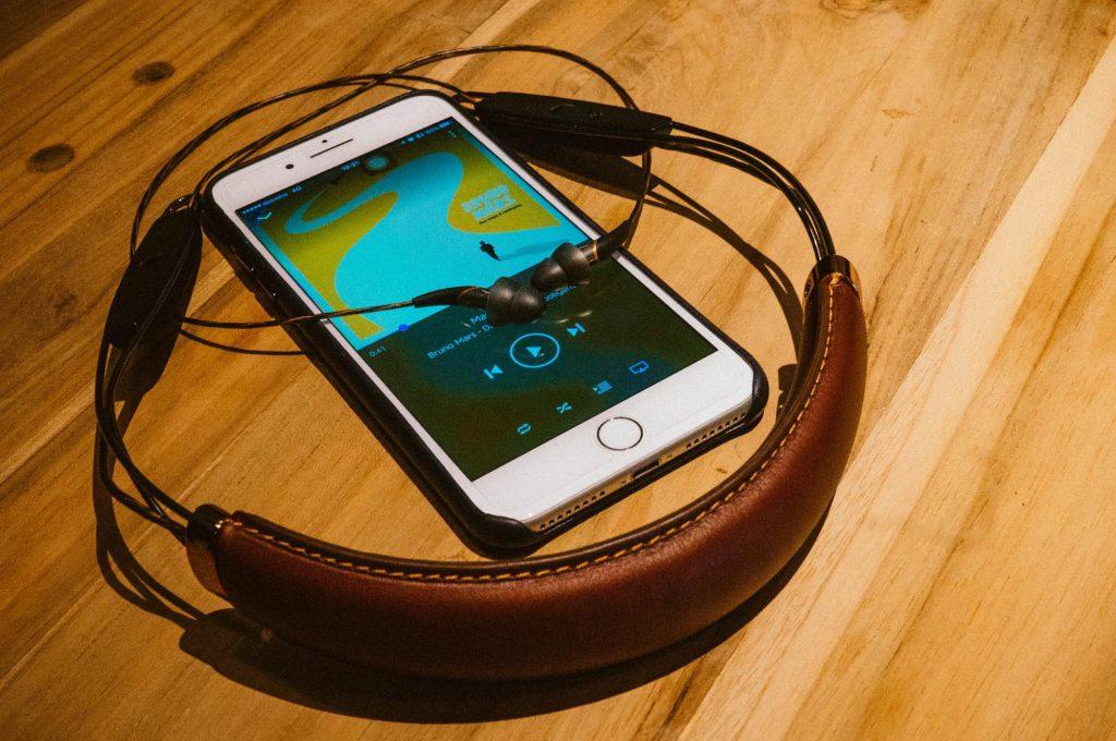 本革と音質の経年変化を愉しむ。デザインと音を妥協しない人向けの Bluetoothイヤホン「X12 Neckband」