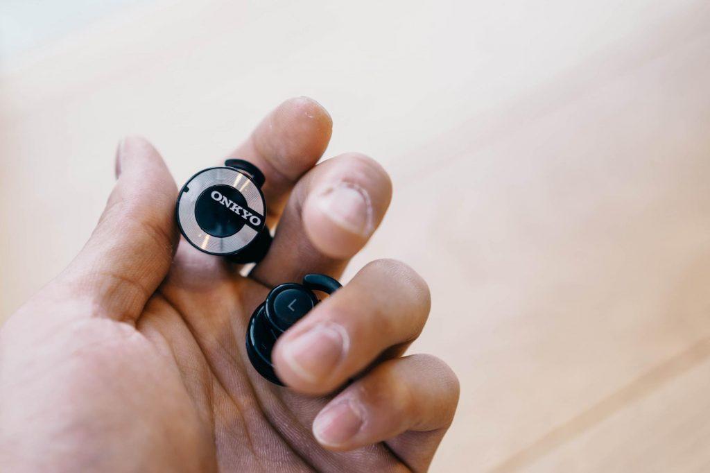 左右独立型イヤホン「ONKYO W800BT」レビュー。音質や接続安定性など、2週間使って分かった良い点と残念な点
