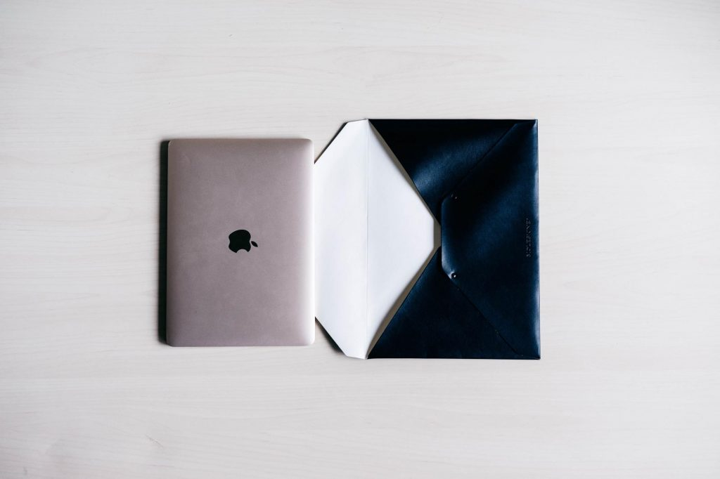 シンプル、ミニマル。モレスキンの「エンベロープ」を 12インチ MacBook / Pro の収納ケースとして使う