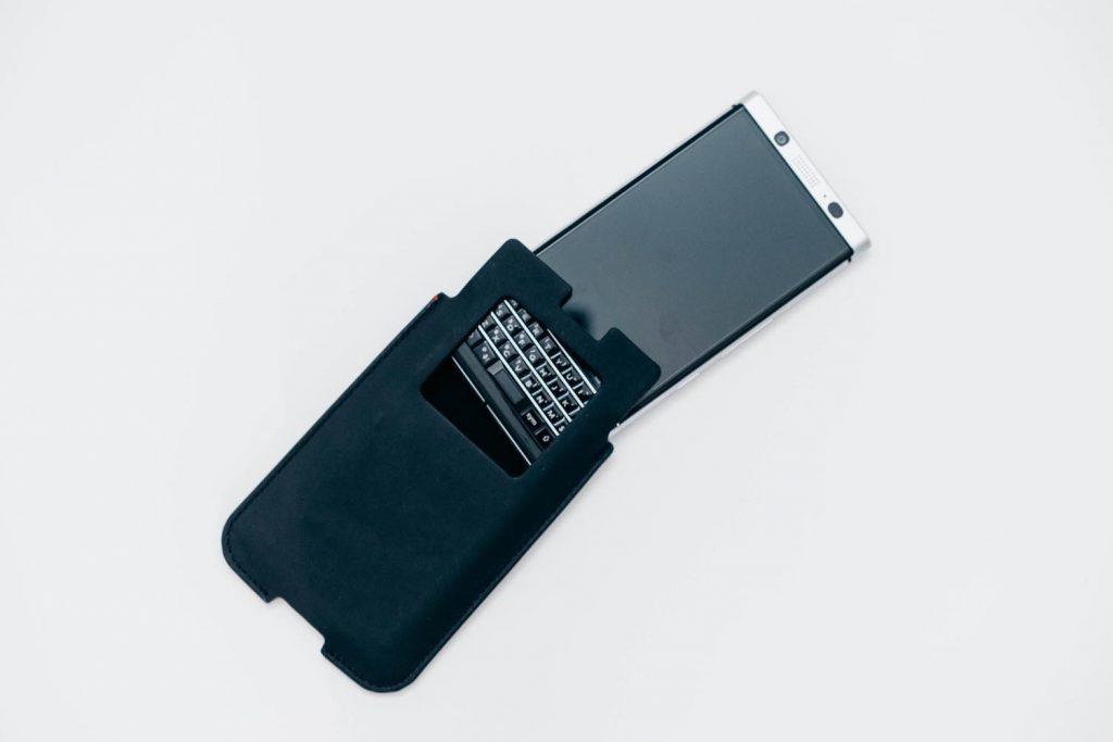 【BlackBerry KEYone】 国内版予約特典の純正スリーブケースレビュー