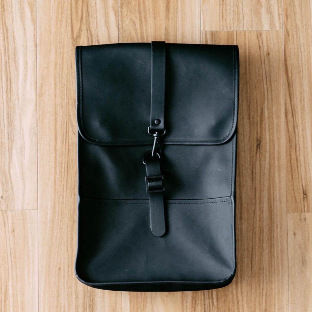 ミニマルな防水バックパック『RAINS Backpack Mini』レビュー。4ヶ月使った良い点と残念な点