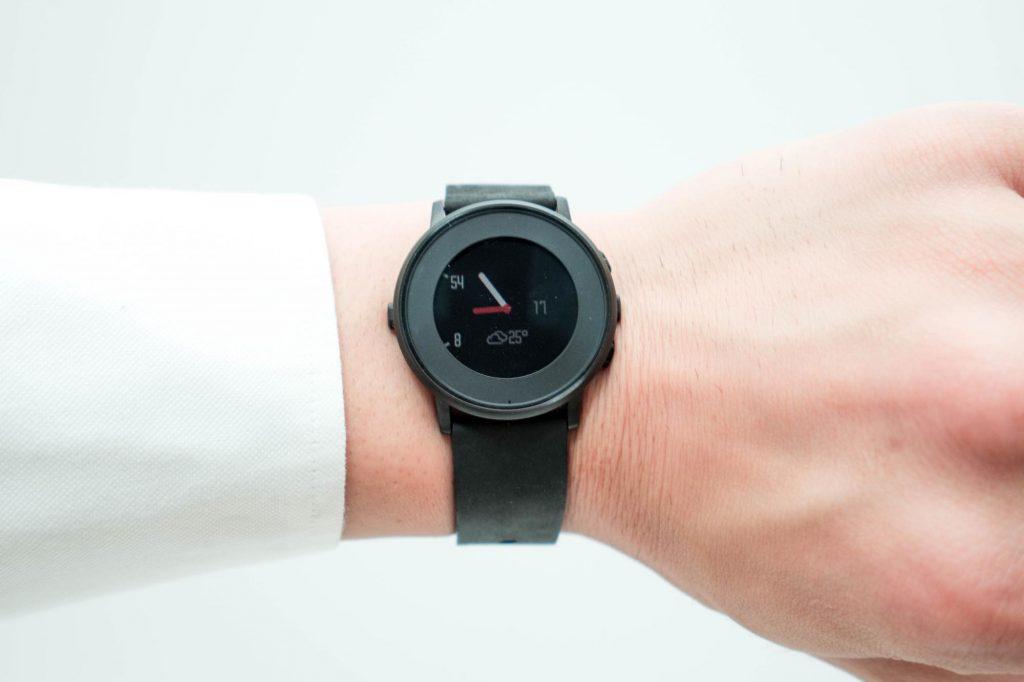 円形でミニマルなデザインがお洒落。スマートウォッチ『Pebble Time Round』を買いました
