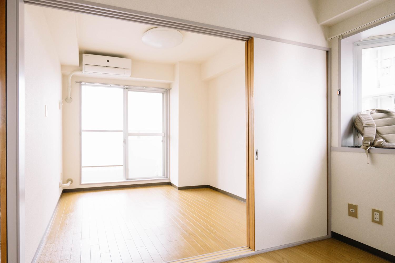 20代男子、賃貸でも書斎のある暮らし①:4畳の洋室に書斎の ...