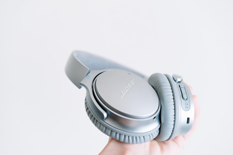 Bose のノイズキャンセリングヘッドホンのアルミ素材