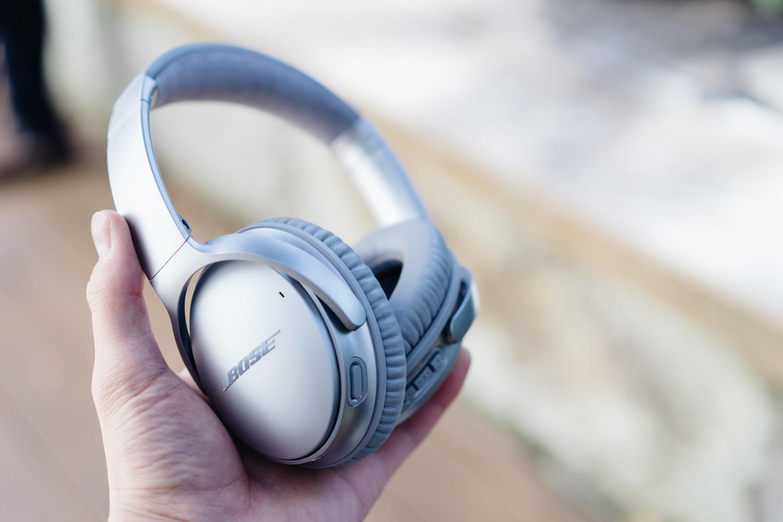 Bose のノイズキャンセリングヘッドホン『QuietComfort 35 wireless headphones II』を手に持っているところ