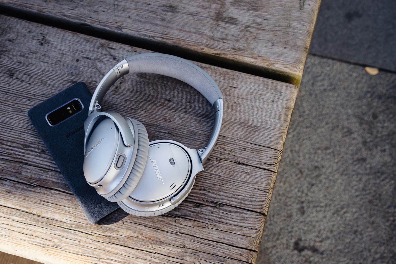 Bose のノイズキャンセリングヘッドホン『QuietComfort 35 wireless headphones II』とスマートフォン