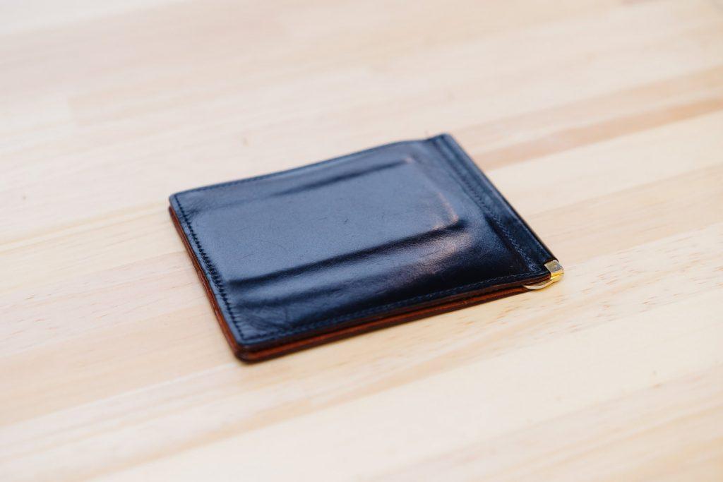 GANZO のシンブライドルマネークリップ。経年変化とミニマル化する財布の中身