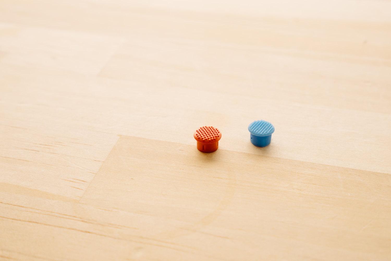 ThinkPad 純正のロープロファイルトラックポイント・キャップ(左)と GPD Pocket 純正のキャップ(右)