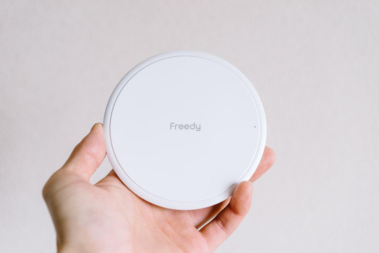 高出力15Wの高速ワイヤレス充電器「Freedy」の手のひらサイズ