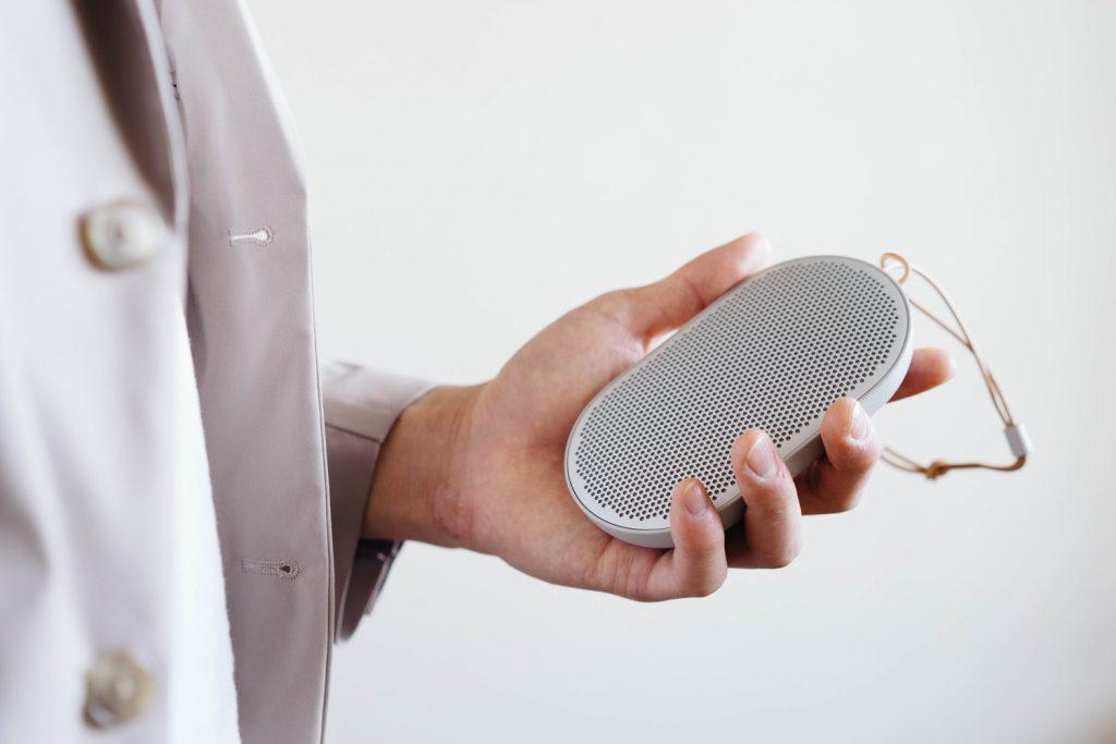良い音と旅に出よう。小型の Bluetooth スピーカー「Beoplay P2」レビュー