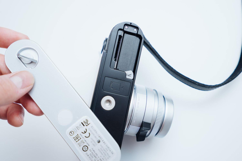 Leica M10 のバッテリーとSDカード