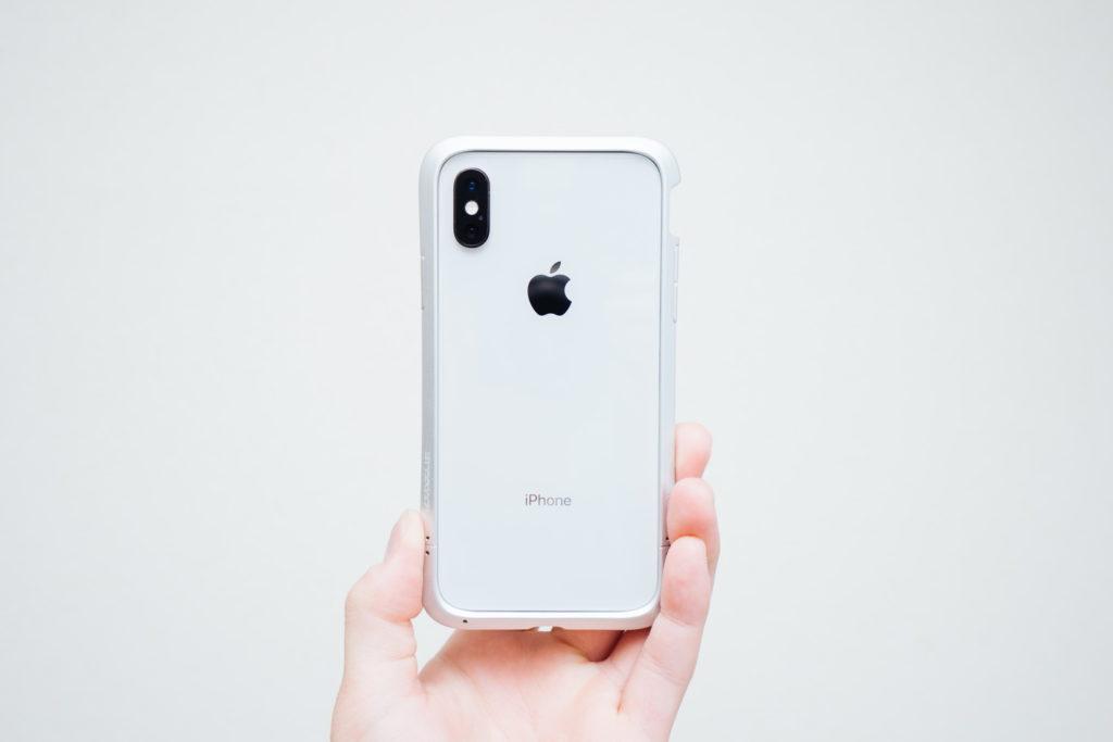 飾りすぎない。ミニマルな iPhone XS 用のアルミバンパー