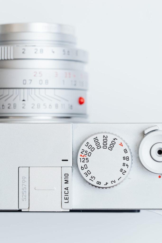 シルバークロームの憂鬱。Leica M10 のホットシューカバーを Leica T 用の金属製に交換、見た目をミニマルに