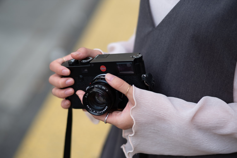 Leica M10 を手で持っている