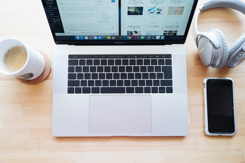 キーボードのノイズを排除する。MacBook をよりミニマルデザインにするステッカー