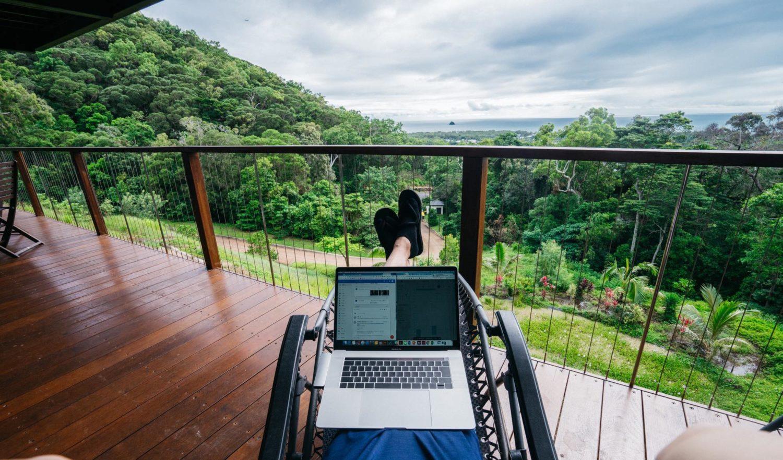 MacBookとパームコーブ景色