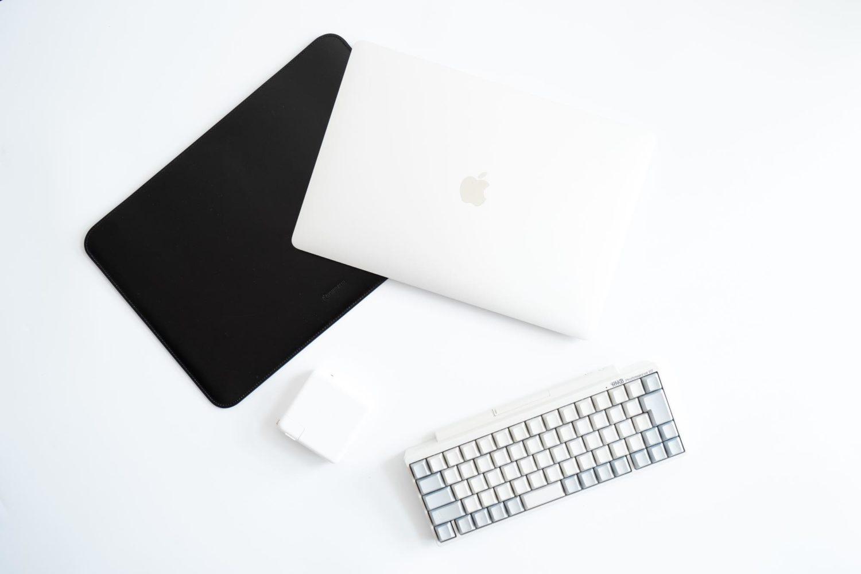 圧倒的な存在感。高級革を用いた国立商店の15インチMacBook Pro専用スリーブとガジェット