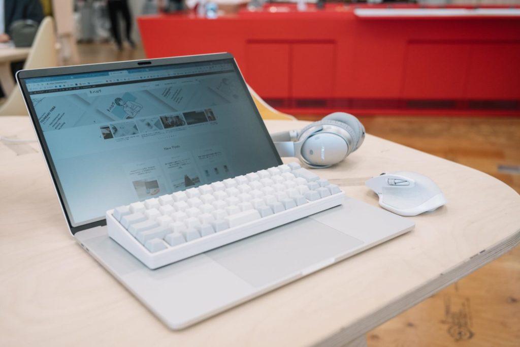 カフェや機内でのPC作業を覗かせない。MacBook Pro用『覗き見防止フィルム』レビュー