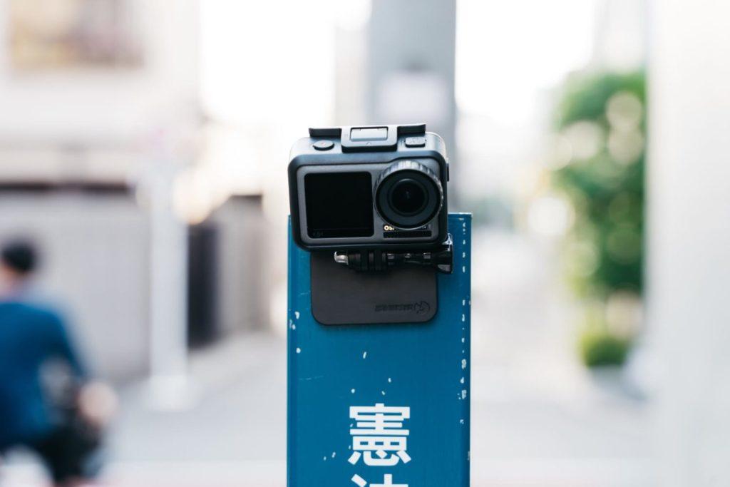 部屋の壁や電柱、木材にぴたりと貼り付く。スマホやアクションカメラでの自撮りに最適な『STICK iT』レビュー[PR]
