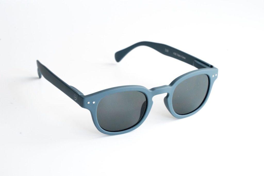 ギラつかない、ミニマルで落ち着いたデザインのサングラス『IZIPIZI(イジピジ)』レビュー
