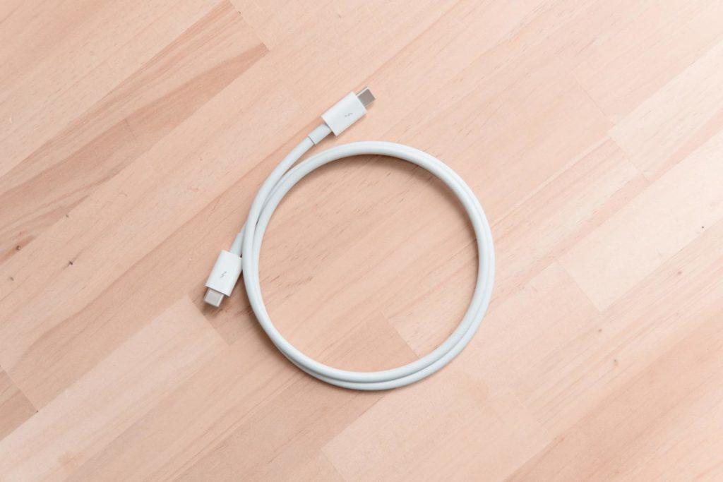 ケーブルを白で揃えるプロジェクト③:アップル純正の『Thunderbolt 3(USB-C)ケーブル(0.8 m)』