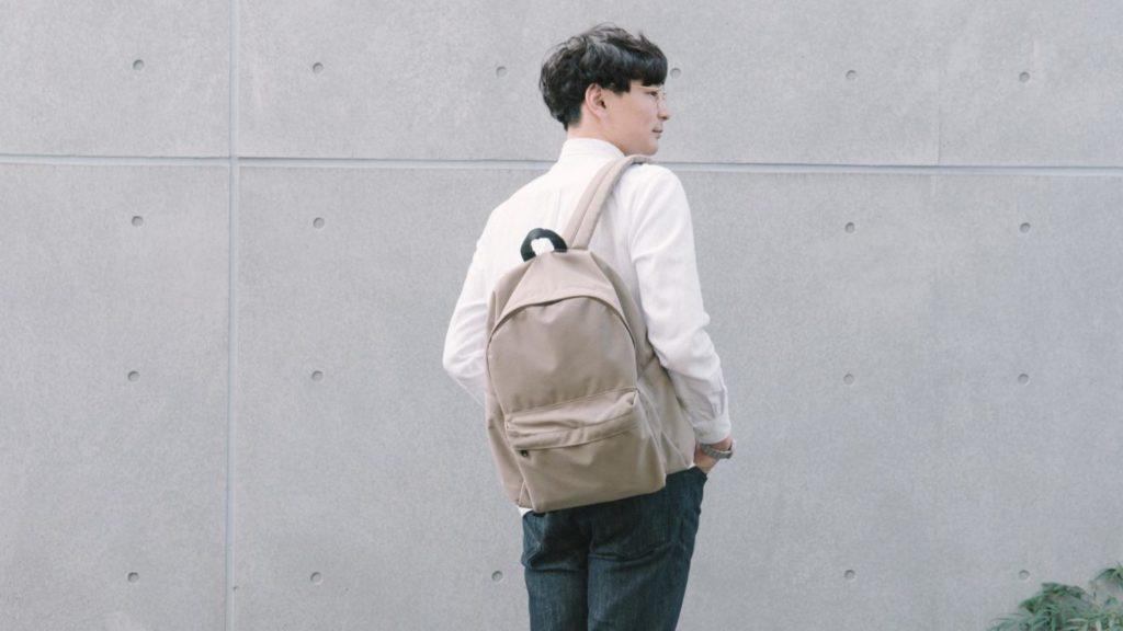 ユニクロのシンプルなバックパックを購入。ベージュのカラーで春にも最高