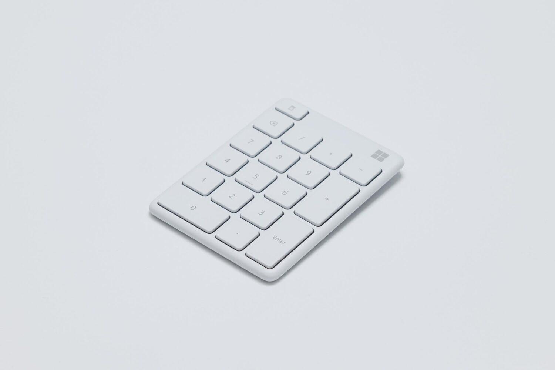軽量薄型のミニマルなテンキー『Microsoft Number Pad』。動画編集の左手デバイスとして